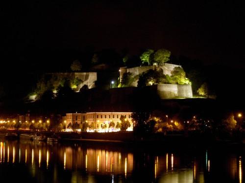 Citadelle_de_Namur_et_parlement_wallon_de_nuit.jpg